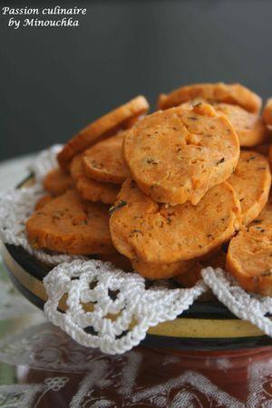 BISCUITS APERITIFS TOMATE/THYM => prép : 10 min + repos : 30 min + cuisson : 7 min -> 250 g farine + 100 ml lait + 50 g beurre fondu + 50 g râpé + 4 CS d'HO + 2 cc concentré de tomates + 1 cc thym + ½ levure + ¼ cc paprika + Sel => Mélanger tous les ingérdients puis verser le lait -> Diviser la pâte en 4 boules -> faites des boudins de 3cm -> Filmer et placer au congélateur au moins 30min -> Préchauffer à 180° -> Découper en rondelles de 3mm -> Enfourner 7min en surveillant