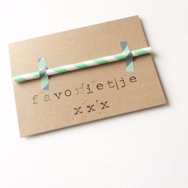 Leuk knutselwerkje voor kinderen, bijvoorbeeld een kaart voor Valentijnsdag. Nodig: papieren, rietjes, washi-tape, stempels, inkt en craft-kaarten. van: www.mamablogger.nl