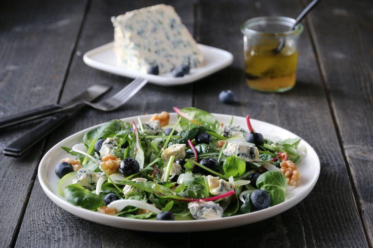 Salat med blåmuggost, epler, blåbær og valnøtter