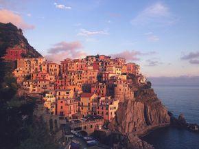 On connaît tous la dolce vita à l'italienne, les clichés de Rome, Venise ou encore Florence sont dans la mémoire collective, ils représentent le charme indéniable de ces cités romaines de renom. Mais il existe, de petits paradis en Italie, moins connus, mais tellement atypiques que l'on pourrait même douter de leur réalité. Les Cinque Terre se trouvent dans la région de Ligurie, au Nord-ouest de l' Italie, elles font partie de la province de La Spezia et comme leur nom l'indique,regrou...