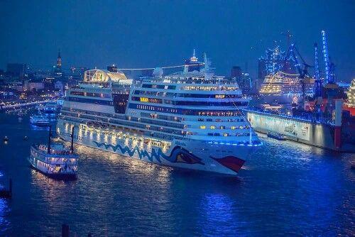 Hafen mit Aida Kreuzfahrtschiff