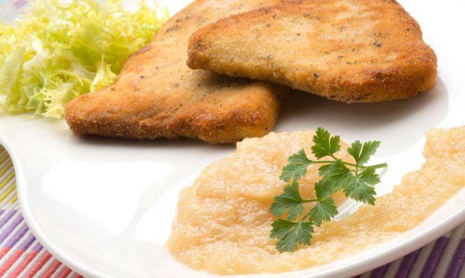 PEZ ESPADA CON SALSA DE MANZANA 4 filetes de pez espada (800 gr.) 1 escarola 2 cebolletas 1 manzana 2 dientes de ajo 2 limones harina, huevo y pan rallado aceite de oliva virgen extra sal pimienta orégano perejil riégalos con el zumo  Macéralos durante 5-10 ´*lado. http://www.hogarutil.com/cocina/recetas/pescados-mariscos/201311/escalope-espada-salsa-cebolla-22457.html