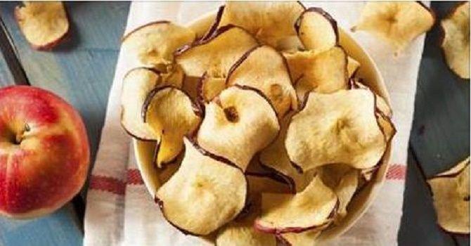 Esta receita de crocantes chips de maçã e canela é muito saudável, econômica, fácil de preparar e realmente viciante.Estes chips são ideais para seus filhos, pois podem substituir as pouco saudáveis batatas fritas de que tanto eles gostam.