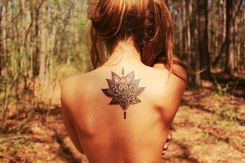 tatouage dans le dos. fleur de lotus