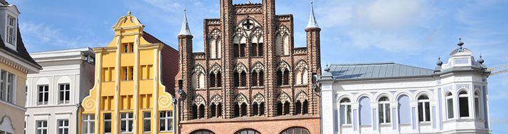 Die Hansestadt Stralsund liegt am Strelasund, einer Meerenge der Ostsee, und wird auf Grund ihrer Lage als Tor zur Insel Rügen bezeichnet. Gemeinsam mit Greifswald bildet Stralsund eines der vier Oberzentren des Landes Mecklenburg-Vorpommern. Stralsund ist die Kreisstadt des Landkreises Vorpommern-Rügen.