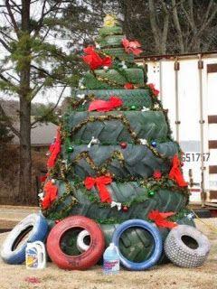Arbol De Navidad Con Llantas Recicladas Decoradas Con Lazos Rojos Y