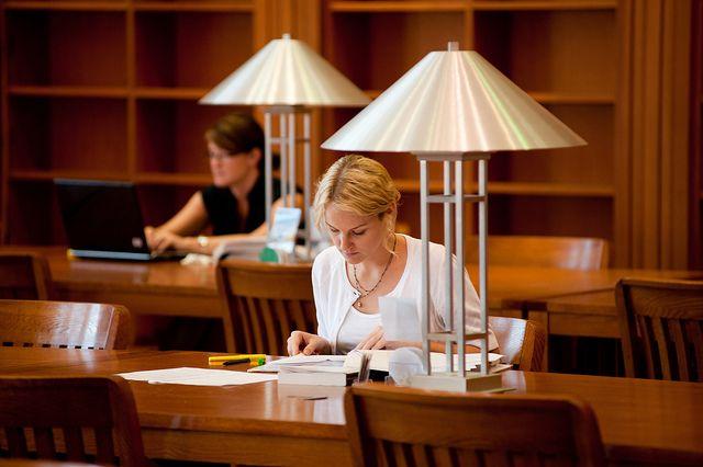 « Toi, t'es savant. Tu vas à l'université. Tu vas nous régler ça! » Certains étudiants de première génération, c'est-à-dire ceux qui proviennent de familles où aucun des parents n'a atteint [...] #ecole #famille #communaute http://rire.ctreq.qc.ca/2013/06/determinants-de-l%E2%80%99adaptation-et-la-perseverance-de-l%E2%80%99etudiant-de-premiere-generation/