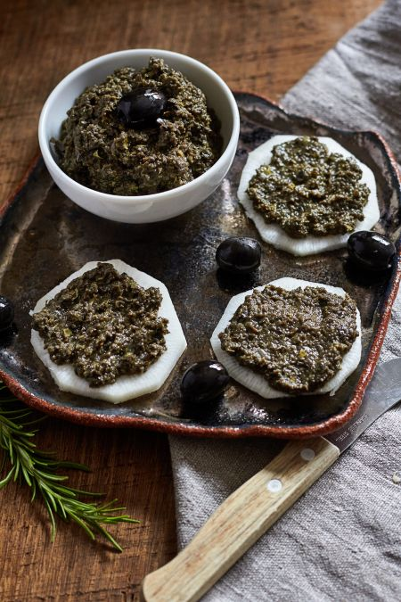 El tapenade es una pasta de aceitunas negras típica de Provenza. Esta riquísima y se puede utilizar con muchos platos, para untar, para pasta, patatas fritas y mucho mas. Totalmente recomendable pa…