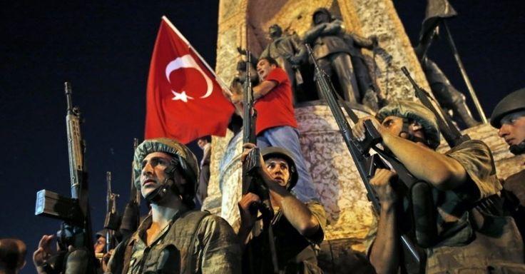 Exército e manifestantes vão para a praça Taksim, em Istambul, após tentativa de golpe militar na Turquia. Segundo relatos de testemunhas, as pontes sobre o Estreito de Bósforo foram fechadas. Tanques, jatos e militares foram vistos em Istambul e em Ancara, a capital do país