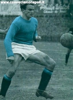 Hesse Jeppson è stato un calciatore di nazionalità svedese acquistato dal Napoli nel 1952 dell'Atalanta per la considerevole cifra di 105 milioni di lire a causa di questa somma pagata i tifosi lo ribattezzato IL BANCO DI NAPOLI a sottolineare che da solo valeva quanto l'intero capitale dell'istituto di credito. In 4 stagioni ha realizzato 52 reti con gli azzurri  siglando gol difficilissimi ma anche sbagliando gol estremamente semplici questa sua alternanza di rendimento portò alla…