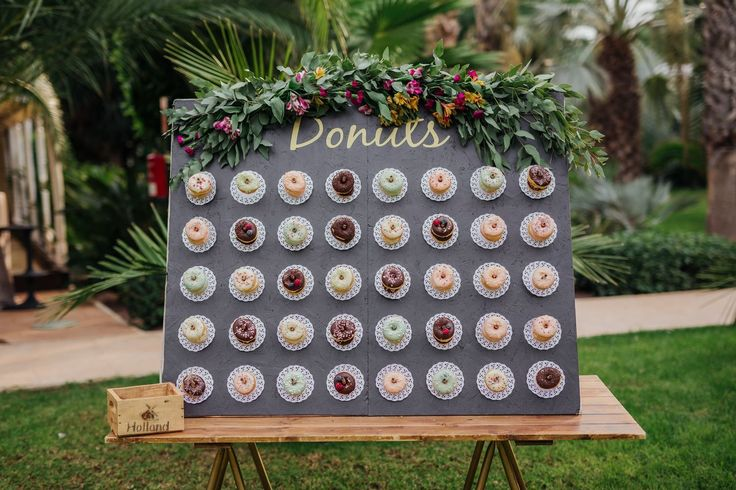 Donuts buffet for wedding, buffet de donuts para boda, donutwall | Photo by Devanis Photography