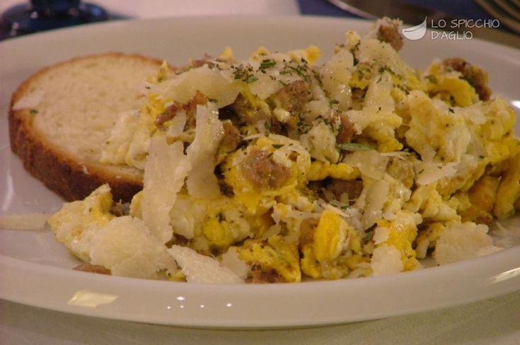 Scrambled eggs with sausage - Uova strapazzate alla salsiccia - Le ricette dello spicchio d'aglio