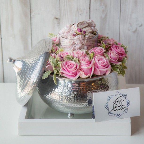 ✨Ramadan Spirit✨ Glass wooden tray carries a Moroccan design plate surrounded with a mix of roses and greens filled with a rose almond nougat sweets. صينية زجاجية تحمل طبق ذو طابع مغربي محاط بمزيج رائع من زهور الجوري و يحوي على حلوة النوغا بنكهة الزهر و اللوز. Available at www.965flowers.com #زهور #نقصة #هدية #رمضان #sweet #flowers #flowered #ramadan #ramadhan #gift #965flowers #965flowers_ramadhan