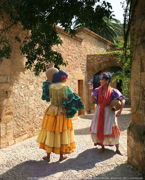 Spanish Gypsy women's costume - Meeting on streets