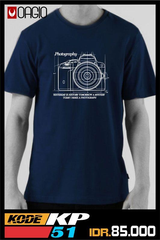 Kaos Distro Fotografi OAGIO KP51. Khusus didesain bagi para pecinta fotografi. Bahannya terbuat dari katun combed 30s warna biru tua. Kaos distro ini tersedia 3 ukuran, yaitu M, L, dan XL.