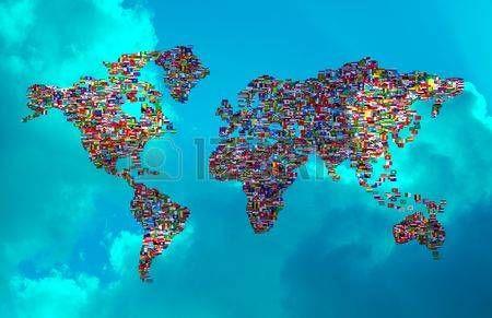 Ilustración del mapa mundial hechas de Flags Mundial sobre cielo nublado