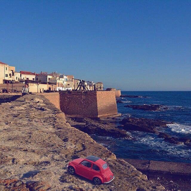Accompagnati dalla #Fiat500 in miniatura, oggi facciamo tappa ad #Alghero (SS), dove @cinziaurru ci regala un bel panorama dal grandioso scenario dei bastioni. Luogo simbolico, adatto per una passeggiata turistica per tutti coloro che visitano la città.