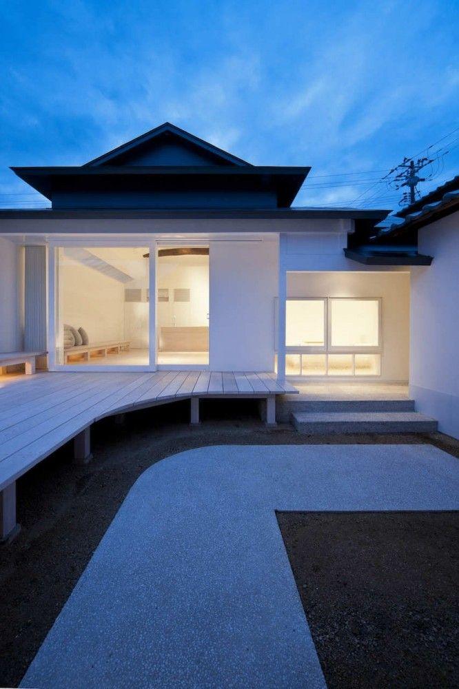 White dormitory for il vento koichi futatsumata style for Minimalist white house by koichi kimura