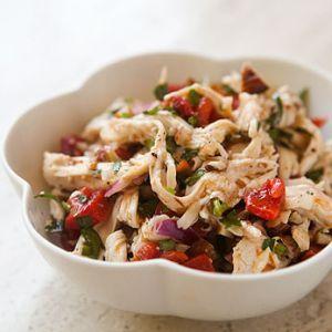 Salata de pui cu tarhon.  4 tije tarhon   2 ardei rosii   2 ardei galbeni   450 g broccoli   4 linguri ulei de masline   500 g piept de pui   tarhon proaspat   sare   piper