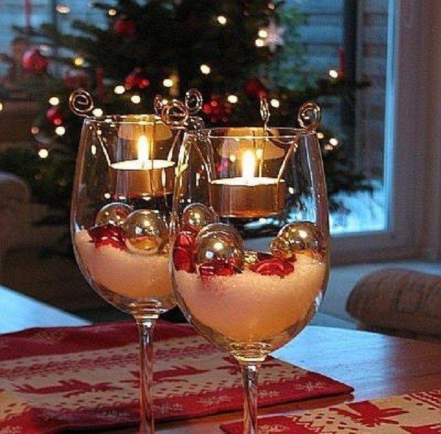 Para este proyecto necesitaras: - Velitas - Polvo de nieve artificial - Bolasnavideñasplateadas - Estrellas de cristal rojo - 2copas grandes de vino - Porta velas de metal (sino tienen lo...