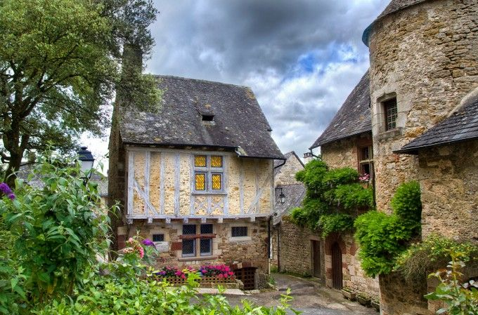 Turenne, Corrèze.  Située au cœur de la Corrèze, Turenne (800 habitants) abrite de nombreux bâtiments notamment la Tour César (construite au XIIe siècle), la maison Livet et la maison Cheyroux, toutes deux construites au cours du XVe siècle. Ne manquez pas d'admirer le château. Vous aurez une magnifique vue sur le village et la campagne alentour. Le village abrite également quelques bons restaurants comme La Vicomte ou le Vieux Séchoir où vous pourrez déguster des spécialités du terroir