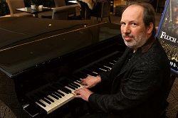 Немецкий кинокомпозитор Ханс Циммер (Hans Zimmer), известный своей музыкой к кинофильмам и компьютерным играм, получил новый крупный заказ. По информации издания «Den of Geek», композитор сочиняет музыку к фильму «Бегущий по лезвию 2049» («Blade Runner 2049»), являющемуся продолжен