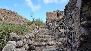 Alicudi è stata la terza tappa del mio viaggio nelle isole Eolie in Sicilia. Da Salina infatti mi è bastato prendere un aliscafo che in un'oretta mi ha portato a destinazione in quella che è l'isola più remota dell'arcipelago.  Ad Alicudi infatti a differenza di altre isole è come se il tempo si fosse fermato. Innanzitutto non esiste alcun mezzo di trasporto che sia elettrico o a benzina. Ad Alicudi infatti si gira a piedi! Sviluppata su un'unica montagna (un ex vulcano attivo) quest'isola…