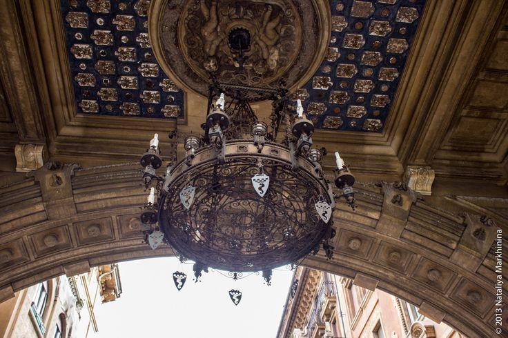 Очень впечатляет огромная люстра из кованого железа в центре под аркой.