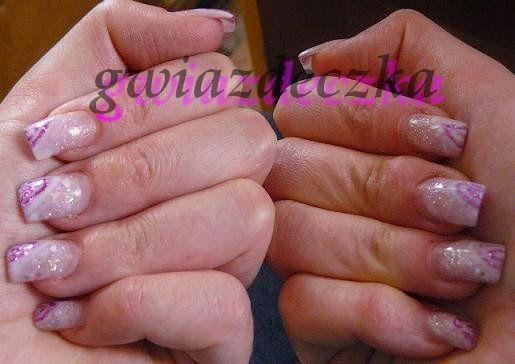 Żelowe paznokcie - biały żel i różowe brokaty http://esteraowczarz.blogspot.com/2014/04/paznokcie-fioletowe-i-rozowe-wzory.html