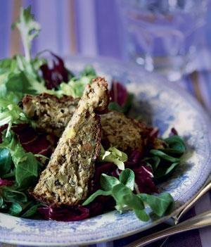 Selleripostej med hasselnødder og salat med honningdressing | Magasinet Mad!