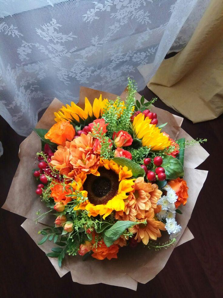 Букет подсолнухи, розы, хризантема, хиперикум.