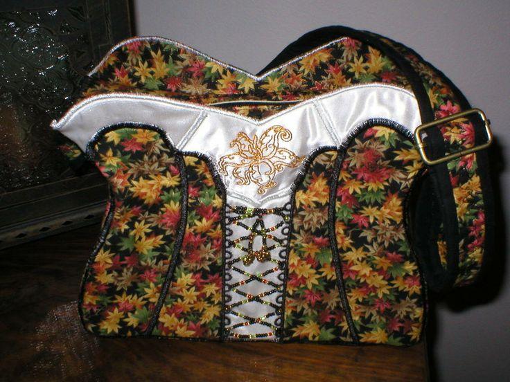 Korsett väska med höstlöv.