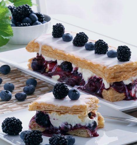 Napoleonskager med brombær og blåbær.