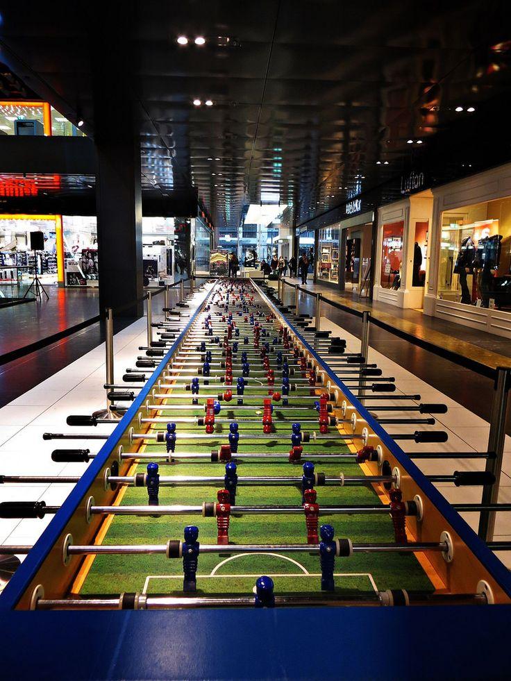 Der längste Kickertisch der Welt.  An sieben Meter langen Tischen kann man zu elft spielen.
