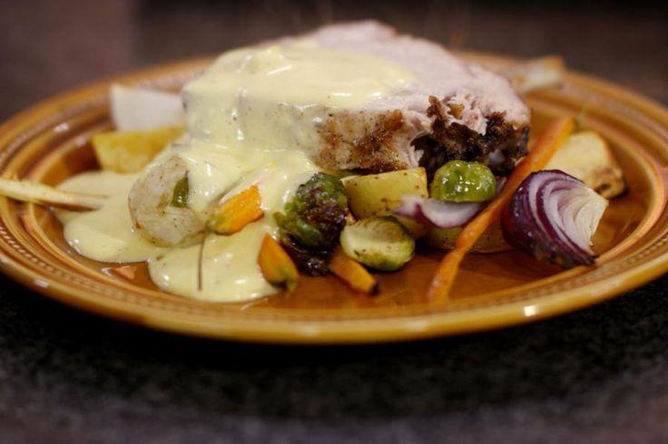 De varkenskroon wint aan populariteit en dat is helemaal terecht, want het is een fantastisch stukje vlees van bij ons. Jeroen serveert er een bonte verzameling van geroosterde wintergroenten bij. Pickles en varkenvlees gaan hand in hand, en dus werkt Jeroen het zondags gerecht af met een verse luchtige picklesmousseline.