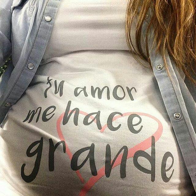 """Amor Desmadre se enamoró de la camiseta de embarazadas """"Tu amor me hace grande"""" y ahora luce feliz su preciosa barriga!! ¿Te gusta la camiseta? La puedes encontrar en www.wondermami.com #wondermami #premamás #modaembarazo"""