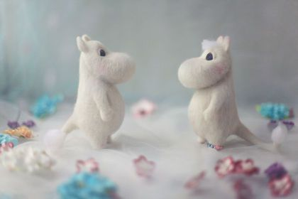 Сухое и мокрое валяние шерсти  needle felted moomintroll and snork