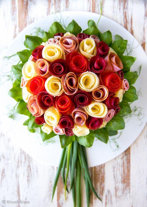 Kukkakimppu-voileipäkakku  Näitä ruusukimpun mallisia voileipäkakkuja on näkynyt somen uutisvirrassa pitkin kevättä. Tällaista kakkua minulta toivottiin myös Facebookin välityksellä joitain kuukausia sitten.