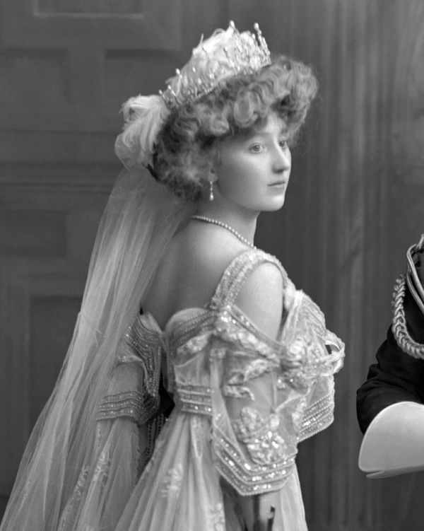 Lady Crofton, née Frances Margaret Irby. The Court, 1 June 1906: Lady Crofton presented by Lady de Blaquiere.