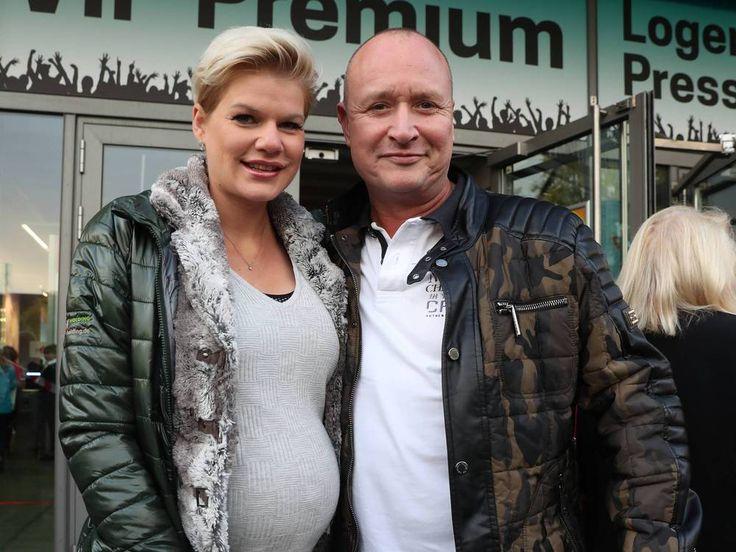 """Das Baby von Melanie Müller ist da! Der Kleinen geht es gut, aber bei der Geburt gab es einen Schreckmoment. Melanie Müller (29, """"Dieses Leben ist geil"""") ist Mutter geworden! Am Mittwochmorgen brachte die ehemalige """"Bachelor""""-Kandidatin ihr Töchterchen per Kaiserschnitt..."""