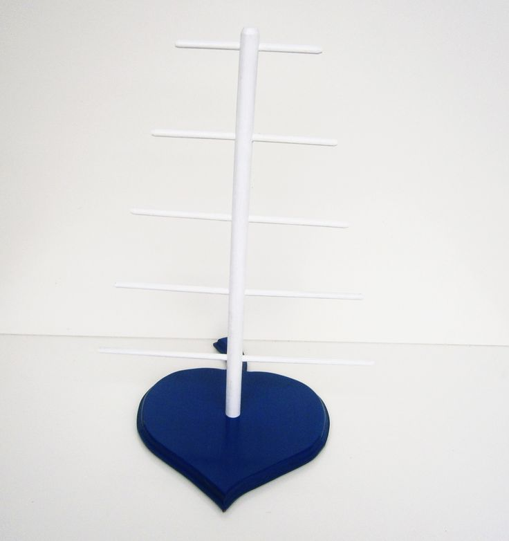 Dřevěný stojan na šperky ve tvaru lipového listu Dřevěný stojan na náušnice ve tvaru lipového listu je vyrobený ze bukových kulatin (vršek) a středně tvrdé dřevovláknité desky (základna). Stojan je natřen modrou a bílou akrylovou barvou a přelakovaný bezbarvým lakem. V našem druhém obchodě si můžete zakoupit papírová přání, děkovné cedulky, visačky aj. ...