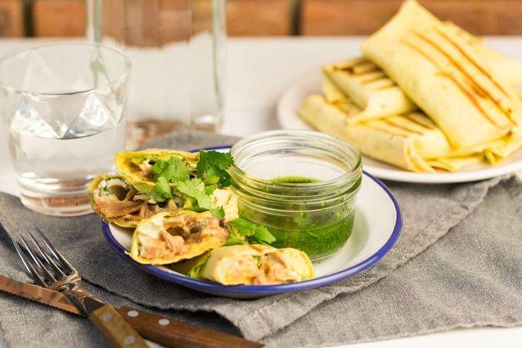 Recept voor kip burrito's voor 4 personen. Met zout, olijfolie, peper, kippenbout, roomkaas, kwark, tortillawrap, avocado, geraspte kaas, koriander, peterselie, knoflook en citroen
