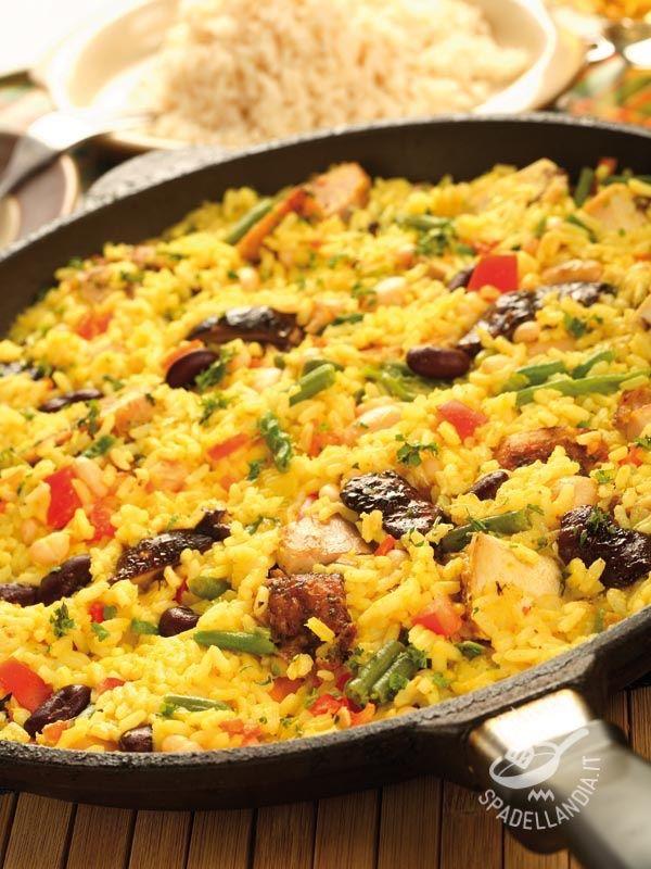 Valencian paella - Dotatevi di un wok o, ancor meglio, di una paellera per questo piatto spagnolo famosissimo: la Paella alla valenciana non è mai stata così buona!
