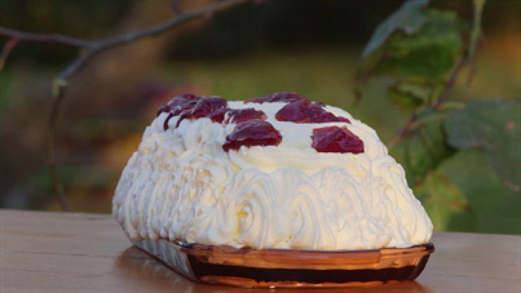 Billede af en Samsø æblekage med flødeskum og tvebakker