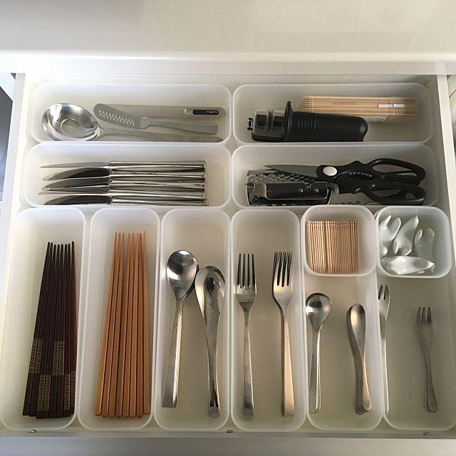 女性で、1Kのリフォーム/引き出し収納/調味料収納/キッチンツール/フライパン収納/鍋収納…などについてのインテリア実例を紹介。「実家のシステムキッチンの収納を見直しました。無印良品のファイルボックスが大活躍! 重ねない収納で、ワンアクションでスッと取り出せます。両親、祖母にも使いやすいキッチンを目指しました。」(この写真は 2016-07-19 18:21:42 に共有されました)