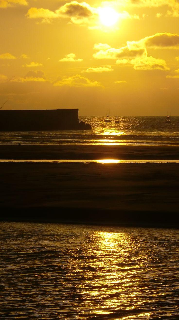 This moment... entre chien et loup... -- #sunset #silhouette - Yoko LEAL CHAGNON – Coucher de soleil à Quepos, Costa Rica