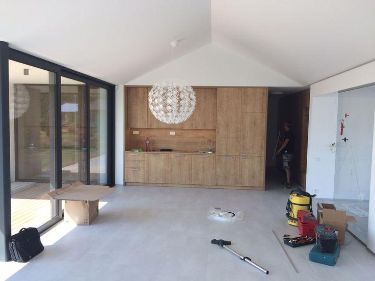 Veľká kuchyňa s obývačkou v projekte rodinných domov Hubice Dvory #kuchyna #obyvaca s kuchynou #rodinnedomy #byvaniepribratislave