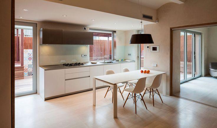 El proyecto nace del deseo de unión de dos pisos, en dos plantas distintas, en el barcelonés barrio de Gracia. Con esta unión, los propietarios querían conseguir una casa familiar acogedora, con una sala de música para pequeños conciertos y una biblioteca/estudio.