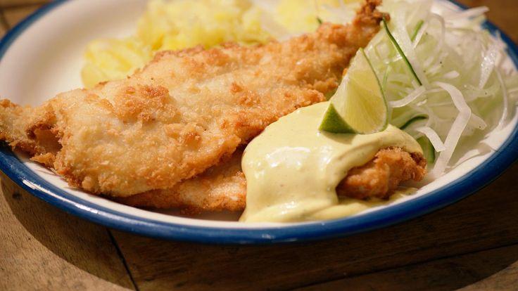 Een rammenas of daikon is een radijsachtige groente die heel pittig smaakt. Door de groenten in ijswater te leggen, worden ze lekker krokant.