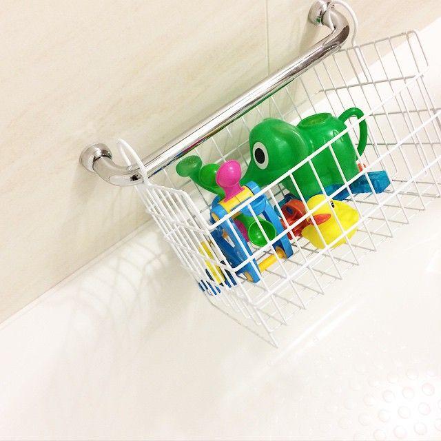 *** ☜お風呂の玩具収納 * 前にご質問いただいていたお風呂のおもちゃ置き場です。 遅くなってしまいごめんなさい * おもちゃは多い方ではないと思うのですが、ハンキングできるカゴに収納しています。 * このように手すりや浴室用物干しにかけて、水を切りながら収納できるものです。 * 脚が付いていて底上げされているので、床に置いても設置面積がかなり少ない。 真っ白で、シンプルで、カビにくいという理想のカゴです。 * #ベルメゾン の #玩具収納ラック 。税込2689円。 このように買い替えずに長く使うであろうアイテムは、妥協せず納得のいくものを、と考えています。 それにしてもお値段が少しネックなところであります。 * サイズが大きめで、浴室乾燥機のすぐそばに引っ掛けられるので、子供のくつを乾かしたりなど工夫次第で色々と活用できそうです。 * 晴れた日にはキッチンで少しごしごししてそのままベランダの物干しへ☺️ * さて、スッキリ乾いたおもちゃを持って、我が家は今からお風呂です。 * *** #収納の記録 #わたしの愛用品シリーズ